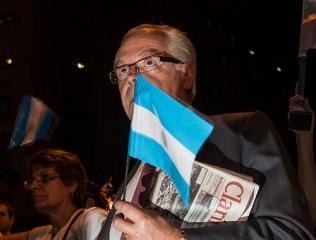 Argentino com jornal Clarín protesta contra o governo de Cristina Kirchner