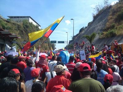 Pessoas acompanham o funeral de Hugo Chávez