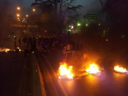 Capriles tenta levar no grito a eleição